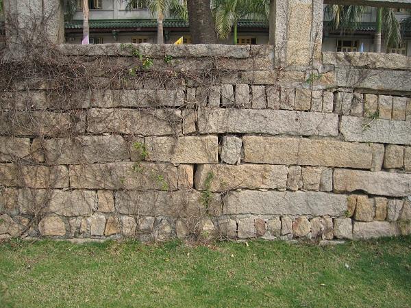 图 19 护坡 石